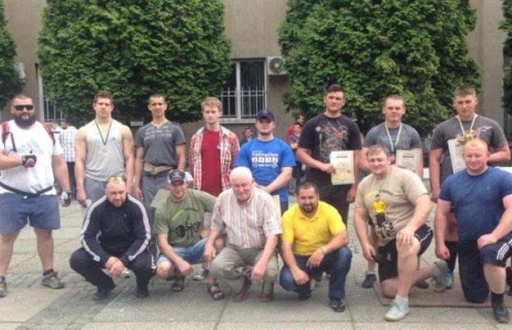 В Ужгороді мірялися силою юні стронгмени (ФОТОФАКТ)