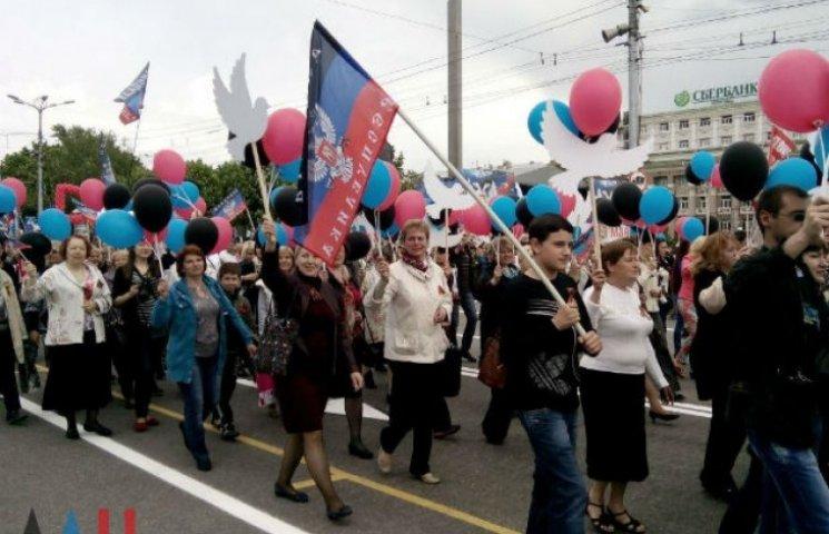 """У Донецьку і Луганську відсвяткували річницю ніким невизнаного """"референдуму"""" (ФОТО)"""