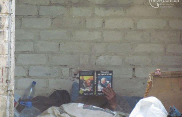 Жителям Маріуполя дошкуляють сусіди-бомжі, які читають Фрідріха Незнанського (ФОТО)