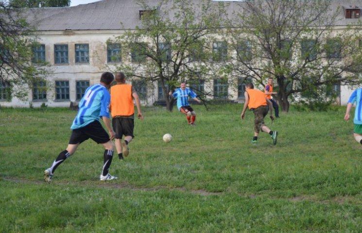 Війна зачекає: Як луганчани всуху обіграли у футбол бійців АТО (ФОТО)