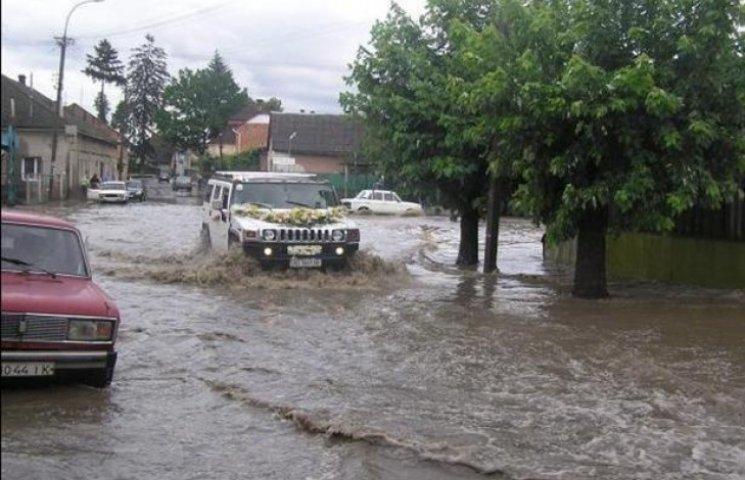 Захаращена зливова каналізація перетворює Ужгород на Венецію (ВІДЕО)