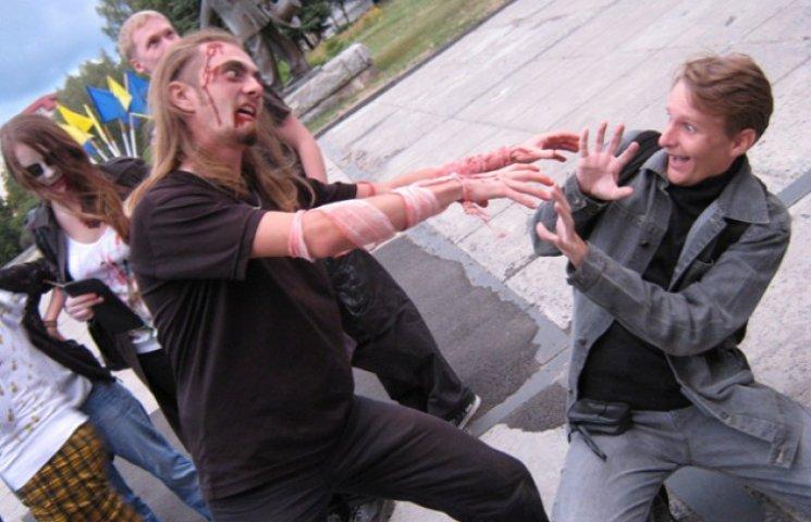 Пенсіонерів і дітей просять не дивитись: У Сумах влаштовують зомбі-парад
