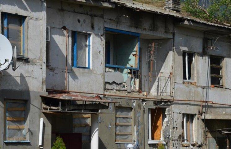 """Посічені паркани та будинки-""""скелети"""": Як виглядає зруйноване Кримське (ФОТО)"""