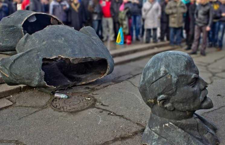 Сьогодні останній день, коли Порошенко може підписати закони про декомунізацію