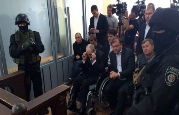 """Кернеса евакуювали з зали суду, а його адвоката """"обстріляли"""" яйцями"""