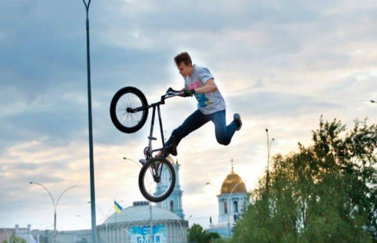 Сумські любителі екстриму показали, що можна робити з велосипедом (ФОТОФАКТ)