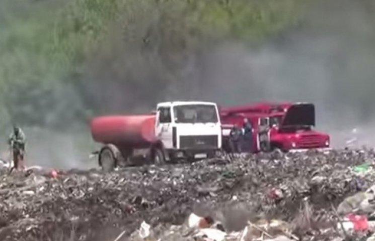 На Вінниччині горить сміттєзвалище (ВІДЕО)