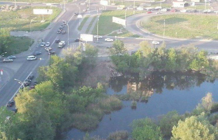 На столичних Позняках засипають озеро заради нової забудови (ФОТО)