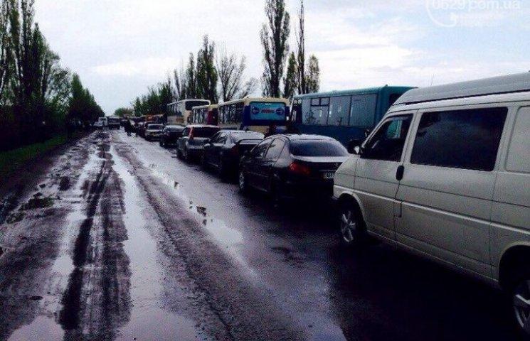 Як мешканці Донецька масово тікають з окупованого міста, вистоюючи довжелезні черги на КПП (ФОТО)