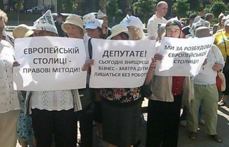Під столичною мерією проплачені пенсіонери вимагають забудувати Київ (ФОТО)
