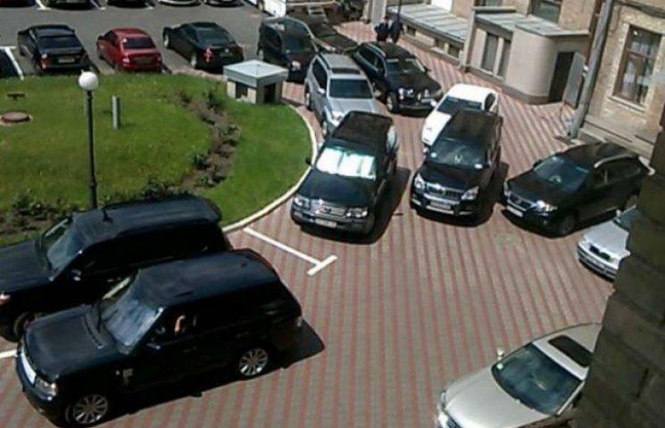 На засідання Київради депутати приїжджають на автомобілях за кілька мільйонів (ФОТО)