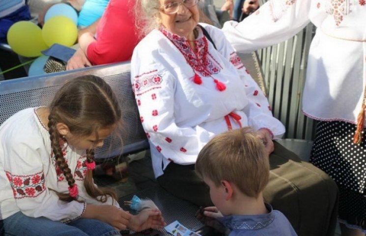 """У Дніпропетровську переселенці з Донбасу влаштували ціле """"вишиванкове свято"""" (ФОТО)"""