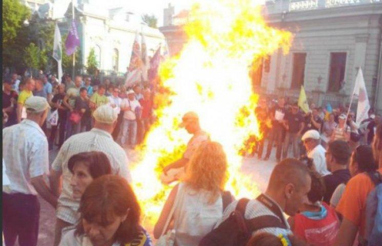 Рада не може прийняти закон про валютні кредити: під парламентом палають шини (ФОТО)
