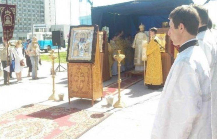 У центрі Сум триває богослужіння, яке заборонив виконком