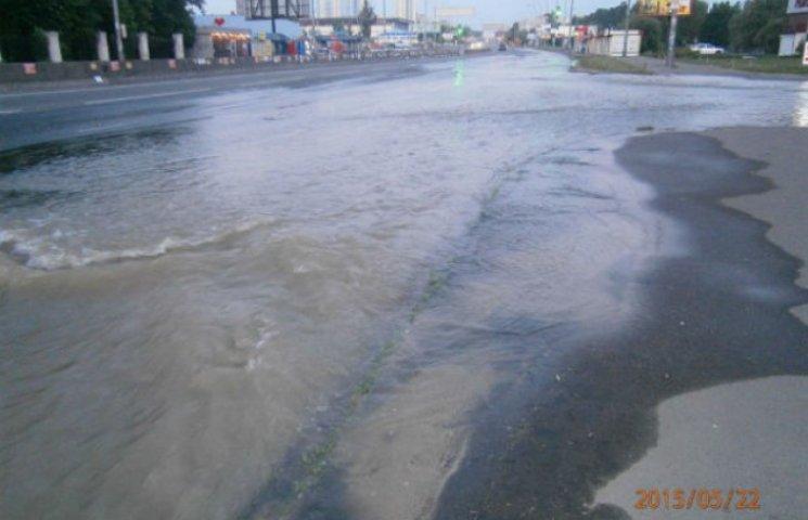 У Києві через прорив труби затопило цілий проспект (ФОТО)