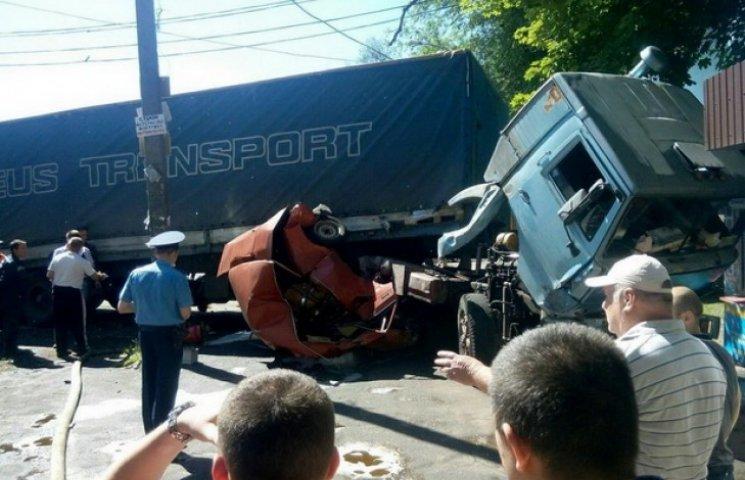 У Дніпропетровську фура зім`яла жигулі, є постраждалі (ФОТО)