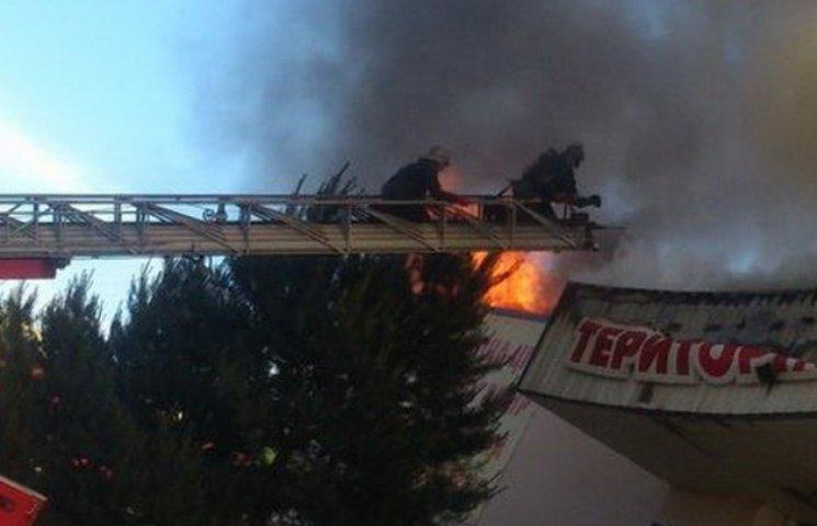 У Дніпропетровську пожежники заливають палаючий супермаркет побутової техніки (ФОТО, ВІДЕО)