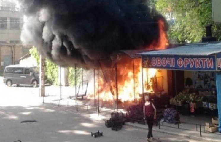 У Кривому Розі торгівці ледь не знищили ринок підпаливши тополиний пух (ФОТО)