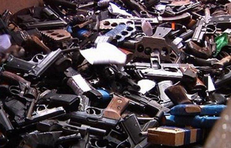 """На Дніпропетровщині міліція """"спекла"""" у печі 800 кг рушниць і пістолетів (ФОТО)"""