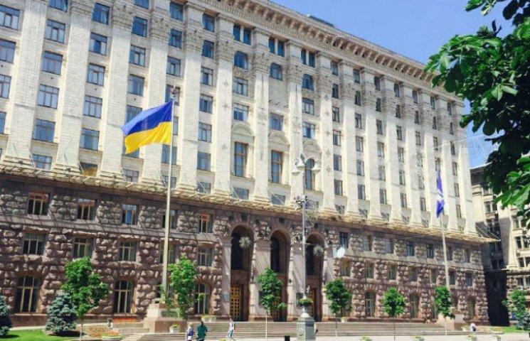 На Хрещатику підняли найбільший у Києві прапор України (ФОТО)