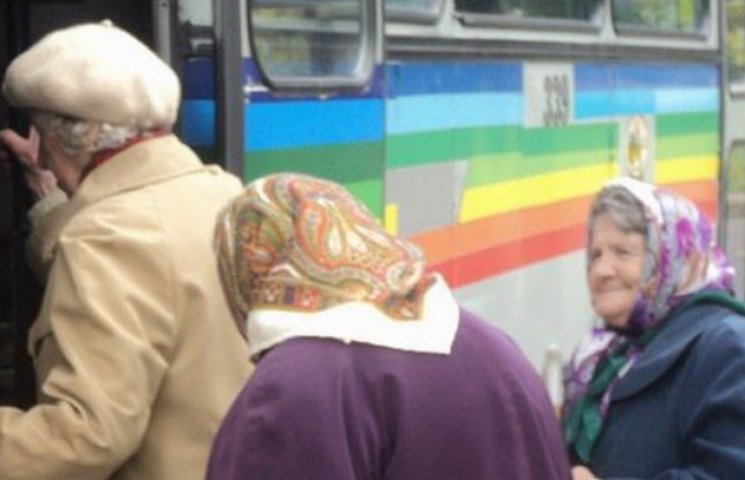 Дніпропетровським пільговикам дозволили і надалі безкоштовно їздити громадським транспортом