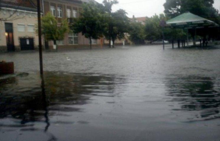 Закарпаття у воді: Чергове місто потерпає від зливи (ФОТО, ВІДЕО)