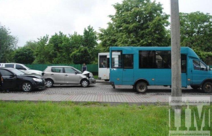 "У Мукачеві ""побилися"" одразу чотири авто (ФОТО)"
