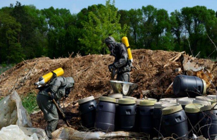 На Сумщині біля Шостки ліквідовують несанкціоновані звалища хімікатів (ФОТОФАКТ)