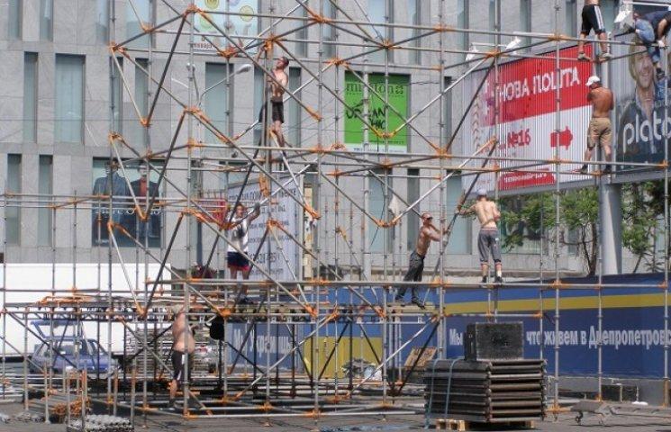 На площі Героїв Майдану почали монтаж конструкцій для фан-зони (ФОТО)
