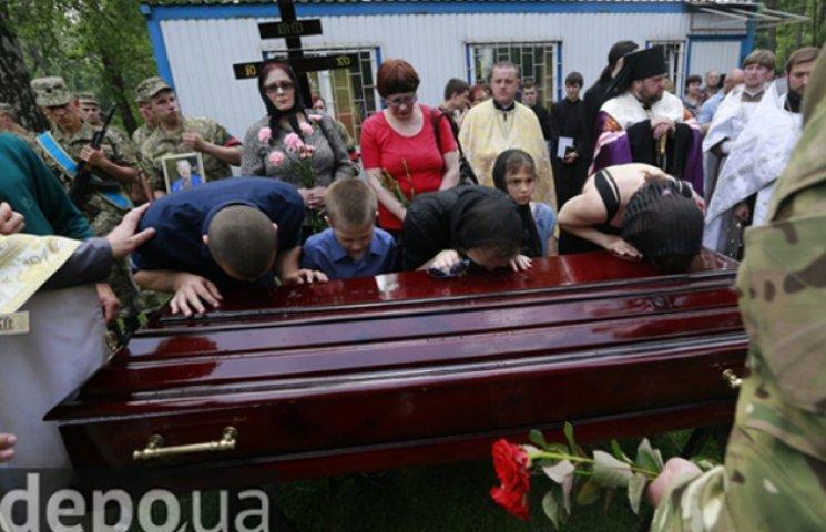 Як ховали луганського героя Тємура Юлдашева: навіть суворі бійці не стримували сліз (ФОТО)