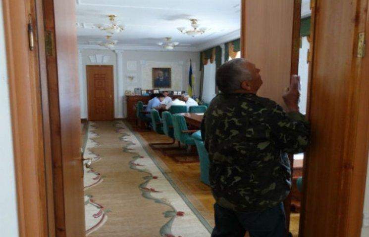 Мер Сум вирішив продемонструвати відкритість, знявши двері з власного кабінету (ФОТОФАКТ)