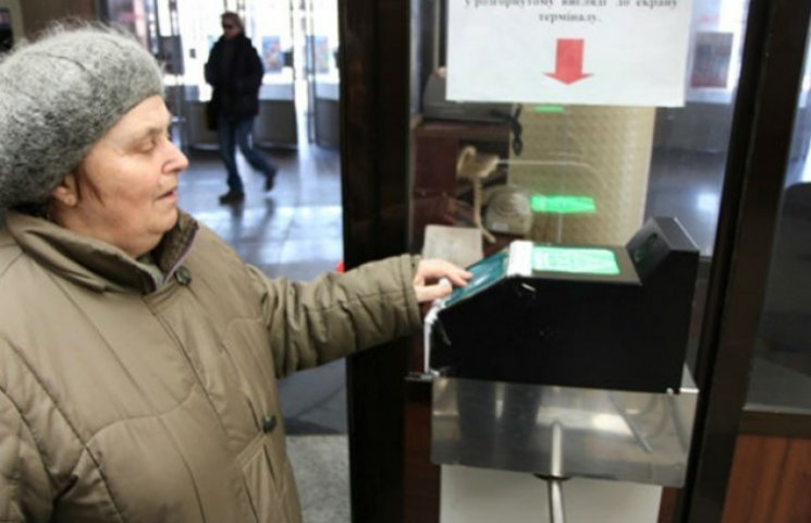 """З 1 липня пенсіонерів без """"картки киянина"""" змусять купувати жетони в метро"""