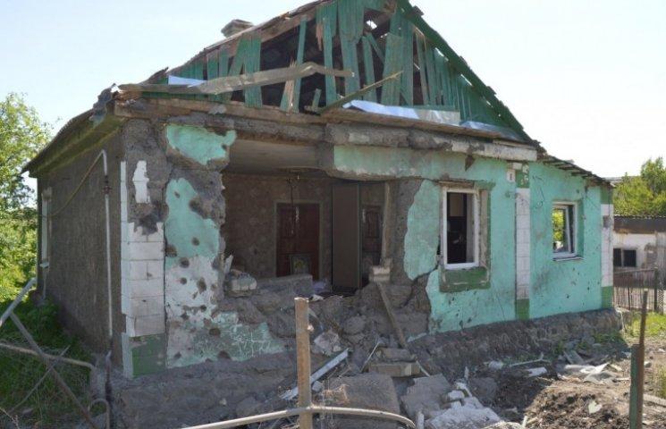 """Бойовики """"ЛНР"""" обстріляли дім багатодітної родини на Луганщині: осколки снаряду залетіли у дитячу (ВІДЕО)"""