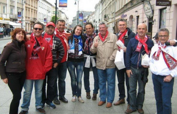 """У Варшаві дніпровські фани """"фотаються"""" на фоні упевнених у перемозі іспанців (ФОТО)"""
