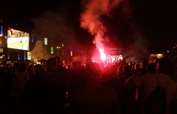 У фан-зоні на площі Героїв Майдану у Дніпропетровську голи Калініча та Ротаня відзначили фаєрами (ФОТО)