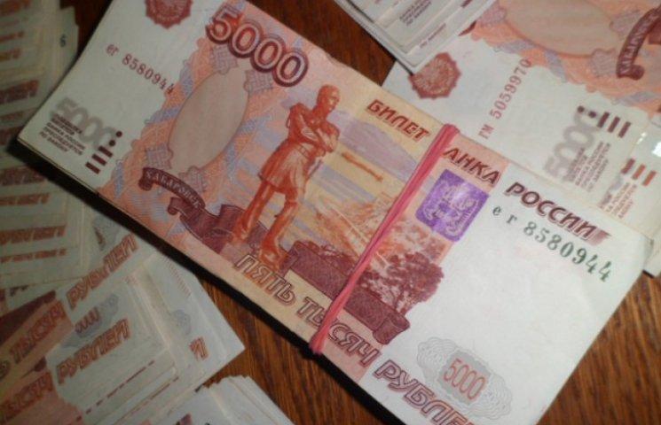 Сумська митниця конфіскувала незадекларовану валюту у москвича-мільйонера (ФОТОФАКТ)