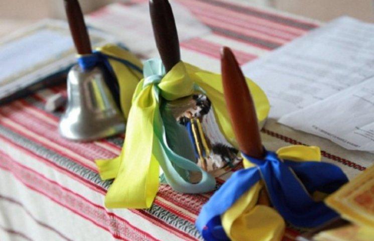 Останній дзвоник в Україні: вишиванки, у…