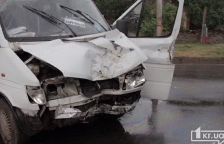 У Кривому Розі ДТП з маршруткою: сім постраждалих, водій загинув (ВІДЕО)