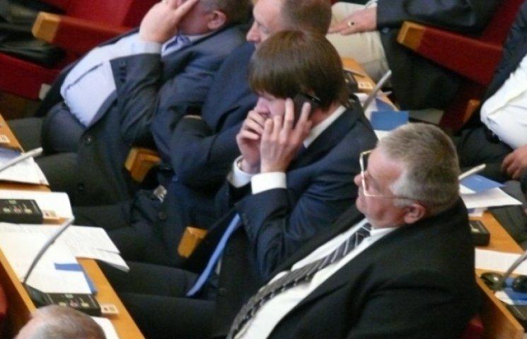 Як ґаджети, газети та сон допомагають закарпатським депутатам пересидіти сесію (ФОТОФАКТ)