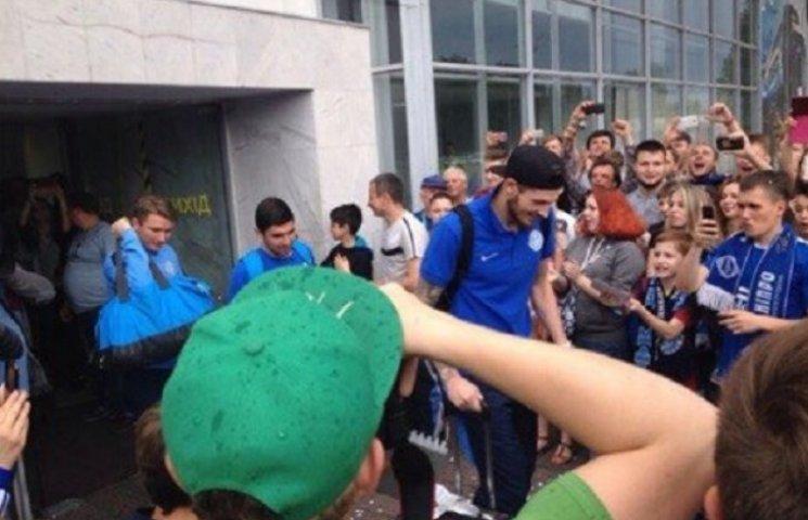 """Футболісти """"Дніпра"""" виходили з аеропорту через """"коридор слави"""" (ВІДЕО)"""