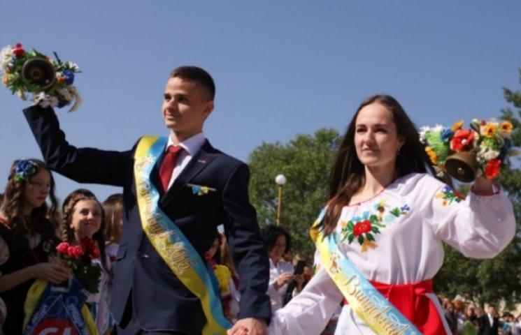 Останній дзвінок по-закарпатськи: Вишиванки, віночки та запальні ромські танці (ФОТО)