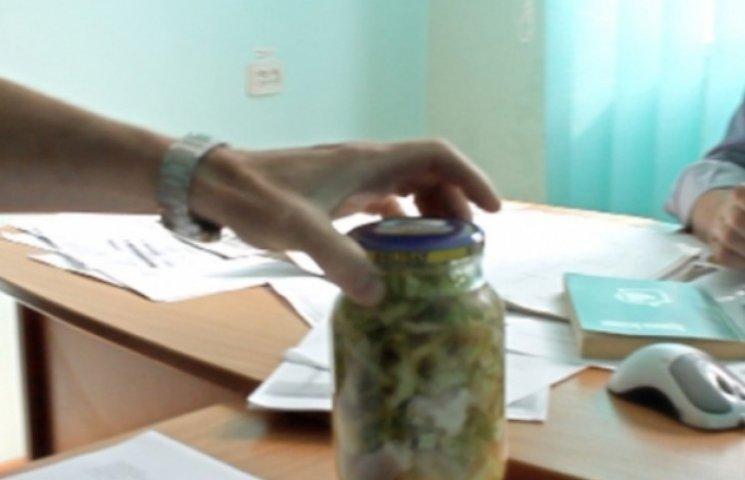 У Мукачеві начальнику газового господарства принесли банку сирого борщу (ВІДЕО)