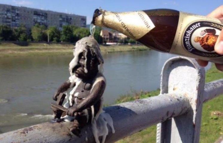 У Мукачеві облили пивом кельта - щоб не вкрали (ФОТОФАКТ)