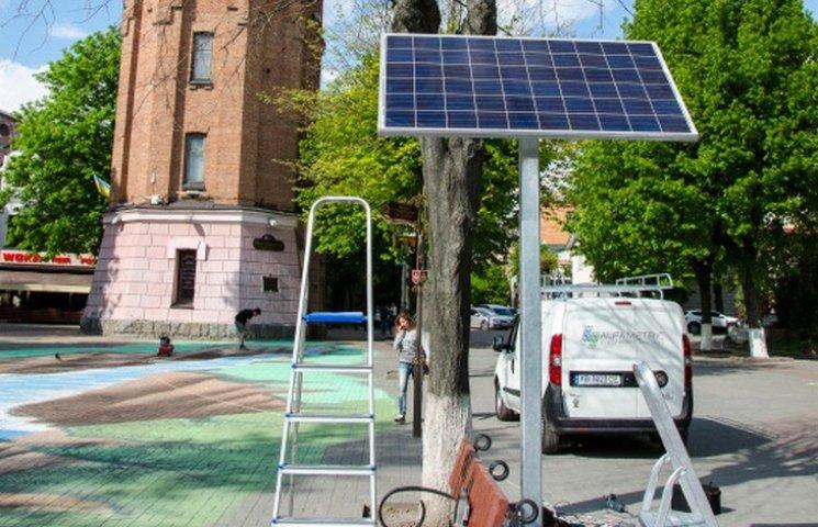 В центрі Вінниці можна підзарядити гаджети від сонячної батареї