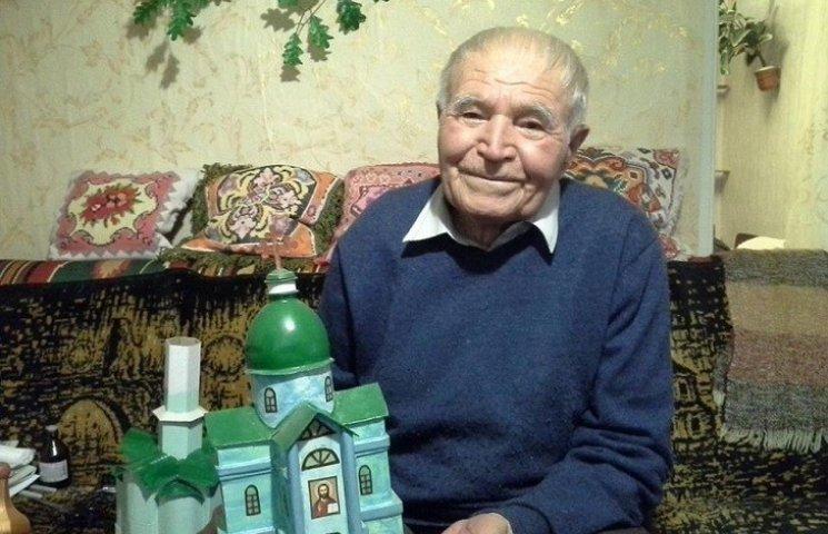 Пляшки, коробки, храми. Як 91-річний дідусь роздає віру у перемогу