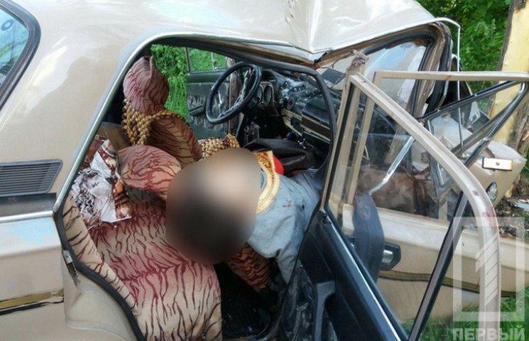 На Дніпропетровщині автівка з священниками врізалась у дерево