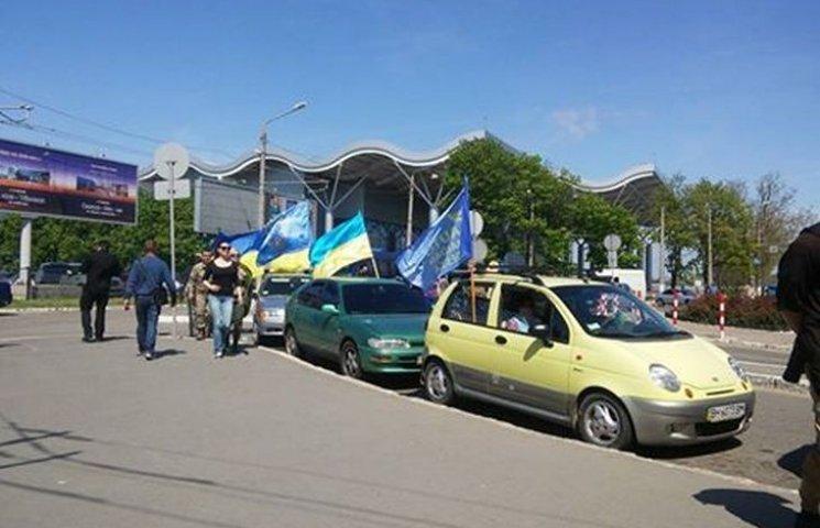 """Одеський """"Автомайдан"""" чекає в аеропорту на лідера """"Оппоблоку"""", щоб """"тепло"""" його зустріти"""