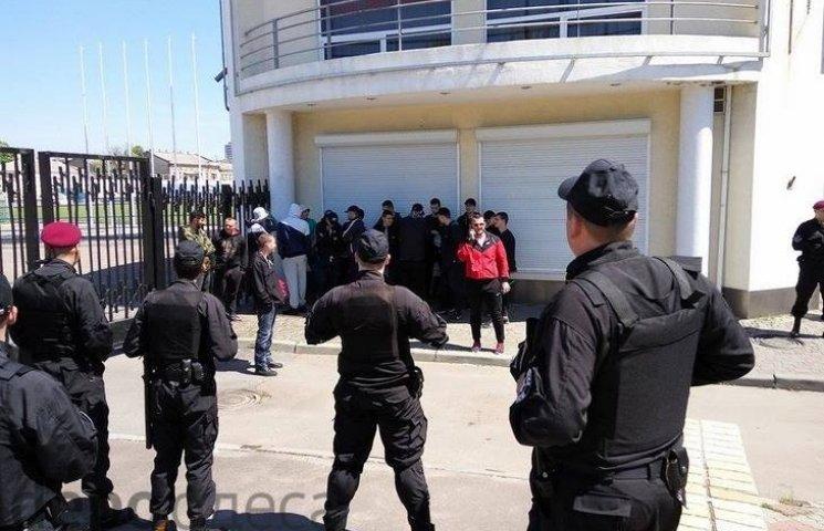 """В Одесі біля стадіону """"Спартак"""" затримали групу осіб у спортивній формі"""