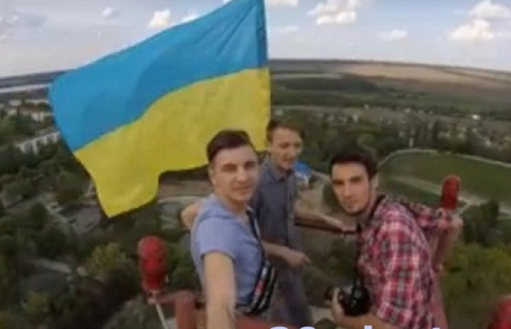 В Ладижині на вежі руфери встановили прапор України