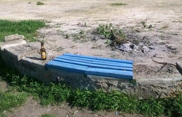 Первомайці поскаржились на вандалів, що розтрощили лавки на пляжі